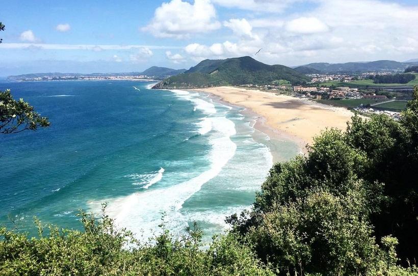 Playa de Berria, un paraíso natural para los amantes del surf