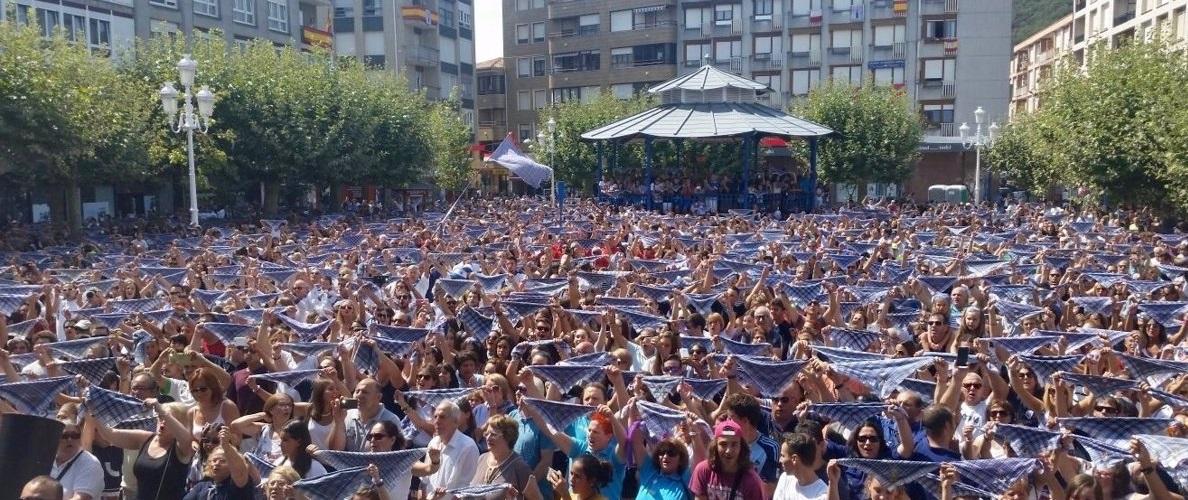 Multitud en la ciudad de Santoña